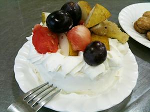 クリームと果物いっぱいのオリジナルケーキ